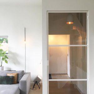 Witte stalen deur