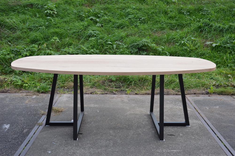 Ovale tafel met stalen onderstel
