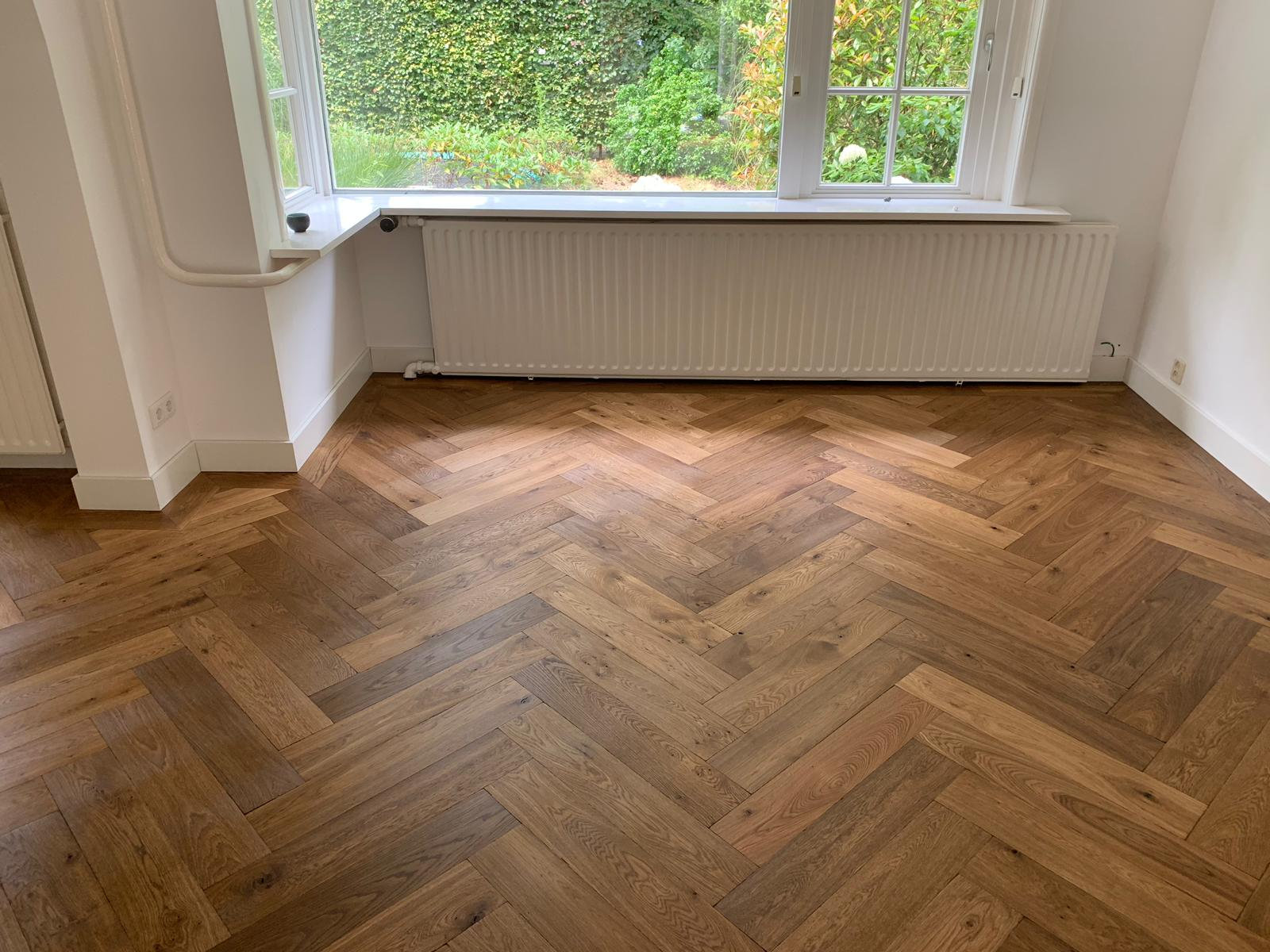 gerookte houten visgraat vloer