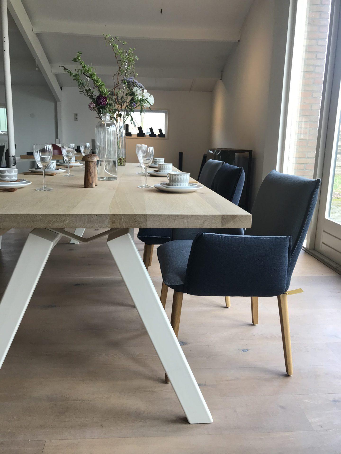 Eettafel wit metalen onderstel